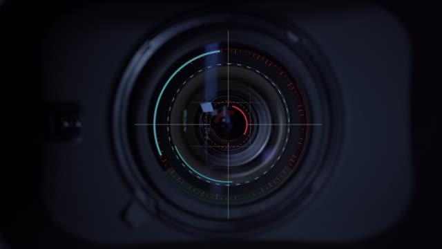 motion graphic fokussiert das objektiv bei der kamera - überwachungskamera stock-videos und b-roll-filmmaterial