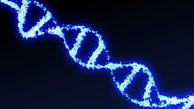 파란색 배경에서 회전하는 이진 dna 분자의 3d 모션 그래픽 - formula 1 스톡 비디오 및 b-롤 화면