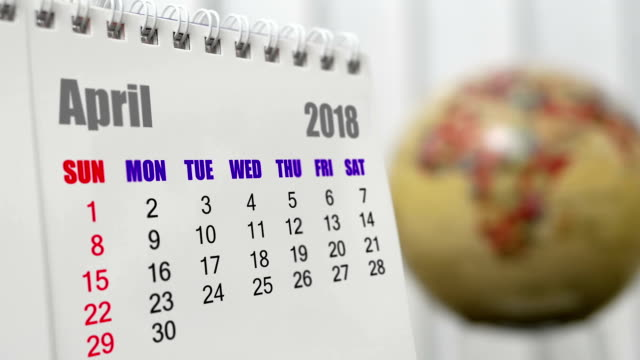 vídeos de stock e filmes b-roll de motion of april 2018 calendar with blur earth globe turning background - mês