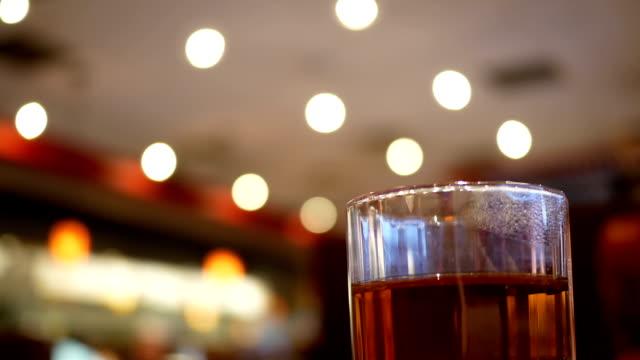 Bewegung der Tasse heißer Getränke mit Dampf in chinesischen Restaurant mit Bokeh-Beleuchtung – Video