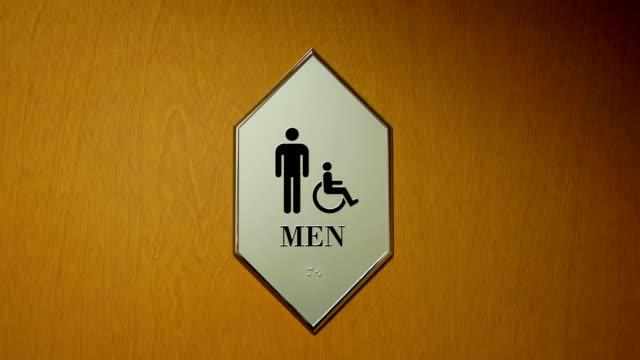 Bewegung von deaktivieren und Mann Waschraum Logo an der Wand – Video