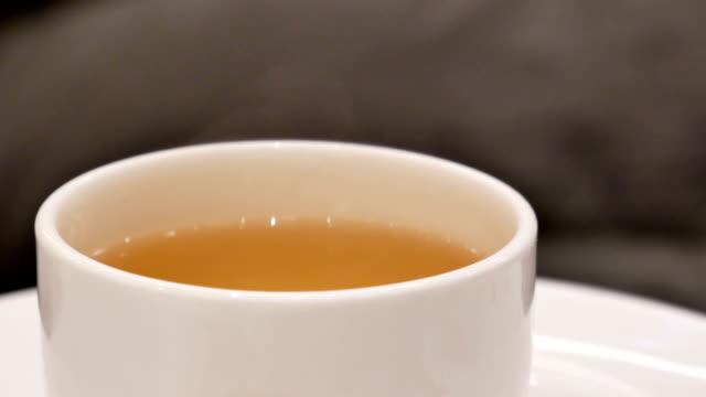 Bewegung von heißem Tee und Dampf in chinesischem Restaurant – Video