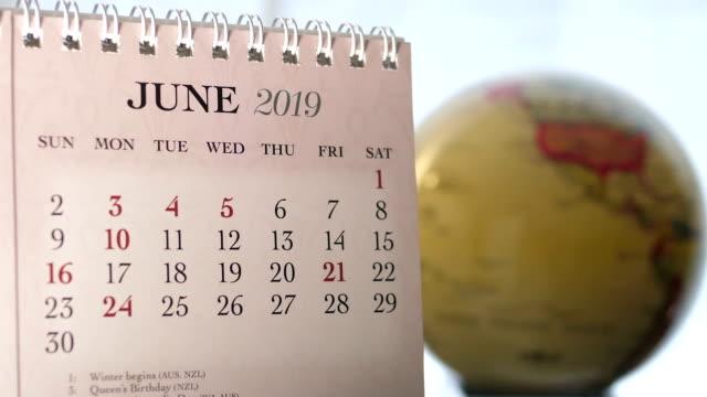 Bewegung des Juni 2019 Kalender mit Unschärfe Erdkugel Hintergrund drehen – Video