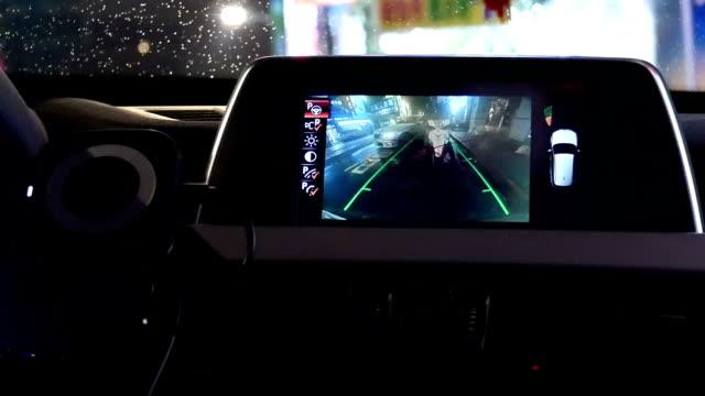 Bewegung der Fehlfunktion Kontrollleuchte blinkt auf Armaturenbrett mit Unschärfe Bewegung des Verkehrsflusses in der Nacht – Video