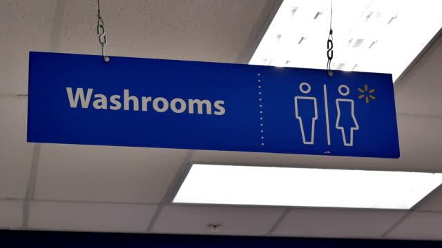 Bewegung von Mann und Frau Waschraum Logo an der Wand – Video