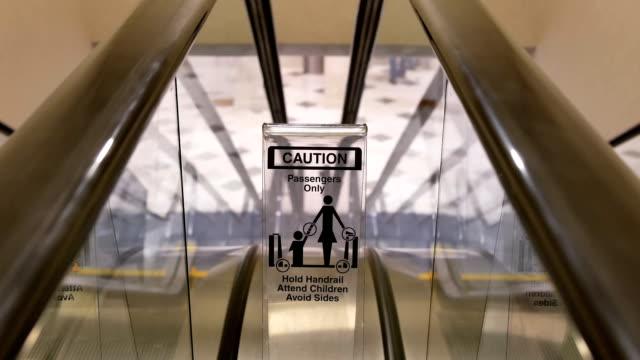 Bewegung der bewegung leere Rolltreppe und Vorsicht Zeichen in Einkaufszentrum – Video