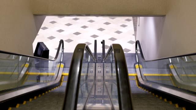 Bewegung der Bewegung leere Rolltreppe in Einkaufszentrum – Video