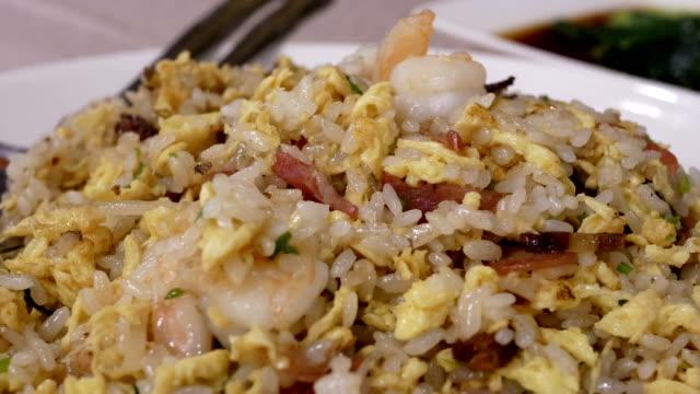 Bewegung von Menschen, die gebratenen Reis auf dem Tisch im Restaurant essen – Video