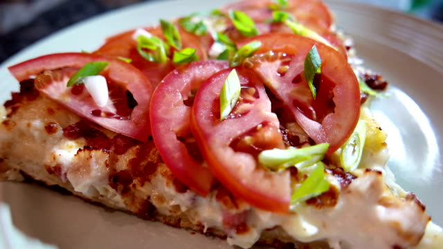 stockvideo's en b-roll-footage met motie van segment huisgemaakt pizza - dikke pizza close up