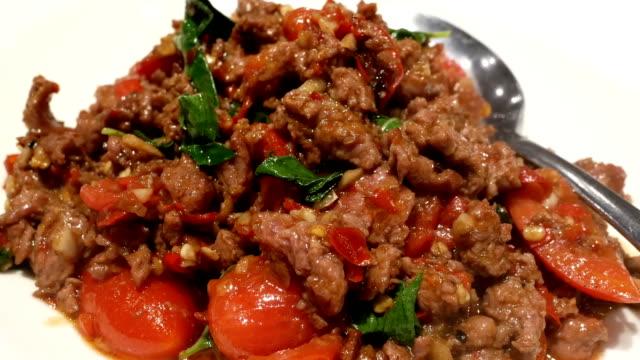 bewegung der stir fry würzige rindfleisch mit dampf auf tisch innen thailand restaurant - chilli stock-videos und b-roll-filmmaterial