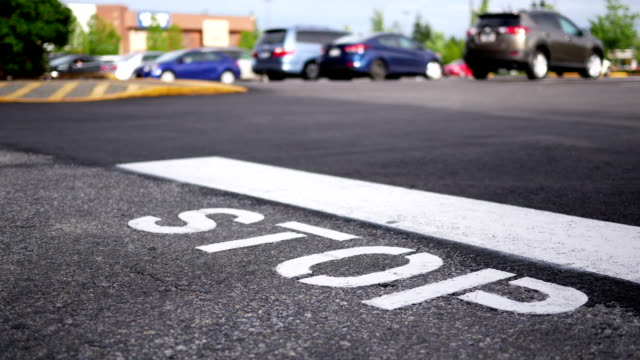 vídeos de stock e filmes b-roll de motion of stop sign and line on road - alfalto