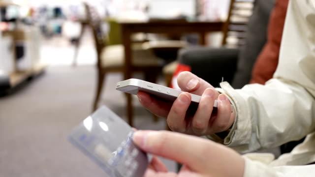 Bewegung der Frau Eingabe Kreditkarte Nummer für den Kauf von Geschenk auf Dem Smartphone – Video