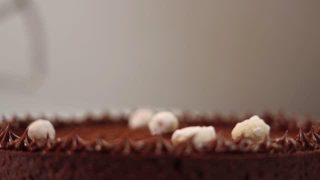 vídeos de stock e filmes b-roll de motion over chocolate tart with whipped cream decoration - bolo rainha