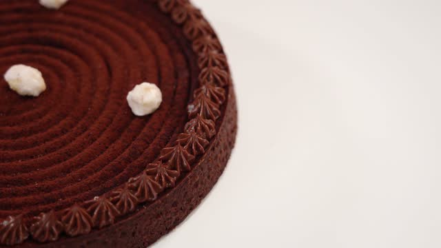 vídeos de stock e filmes b-roll de motion past traditional tart with chocolate top on table - bolo rainha