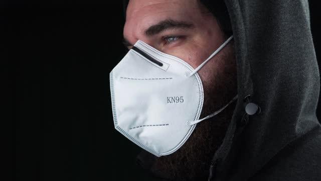 движение портрет человека носить kn95 маски для лица для предотвращения covid19 - covid testing стоковые видео и кадры b-roll