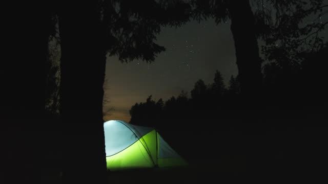 森と星のテントのモーション タイムラプス - キャンプ点の映像素材/bロール