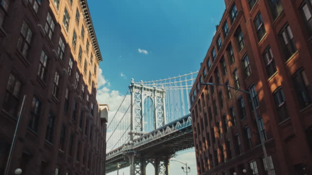 motion timelapse: the famous brooklyn bridge, a popular tourist attraction in new york - hyperlapse video stock e b–roll