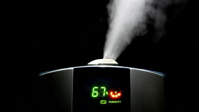 動きでの喫煙は、黒色の背景 - 加湿器点の映像素材/bロール