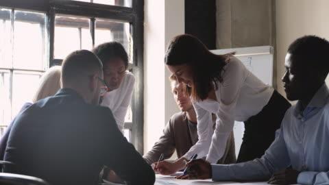 vídeos de stock, filmes e b-roll de motivaram diversos funcionários na reunião do escritório. - business