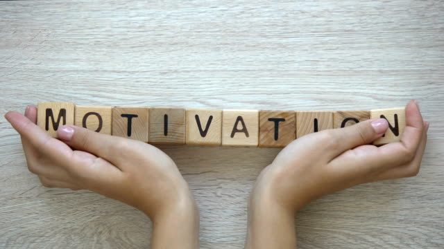 motivation, hände schieben wort auf hölzerne würfel, positives denken ziele, träume - mittelstufenlehrer stock-videos und b-roll-filmmaterial