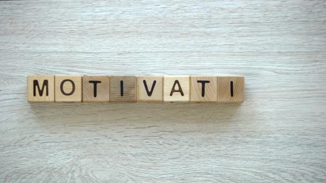 motivation, bewegung stoppwort auf hölzerne würfel, positives denken ziele und träume - mittelstufenlehrer stock-videos und b-roll-filmmaterial