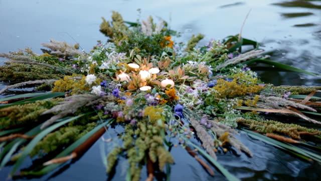 пестрая эффектная трава wreath на воде - славянская культура стоковые видео и кадры b-roll