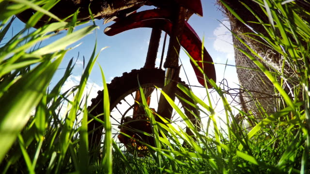 un motociclista di motocross in campo - bike tire tracks video stock e b–roll