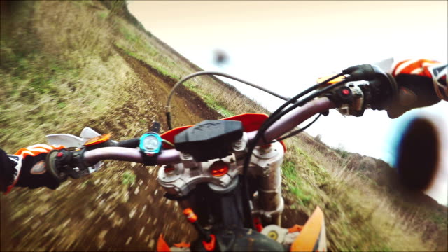 motociclista di motocross equitazione con camma - motocross video stock e b–roll