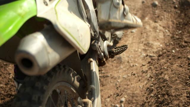 hd: motociclista di motocross si prepara per una corsa - supercross video stock e b–roll