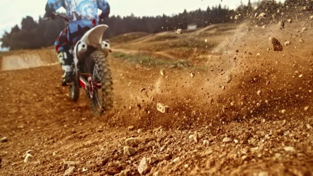 slo mo motocross däck gräva i grus - tävlingsidrott bildbanksvideor och videomaterial från bakom kulisserna