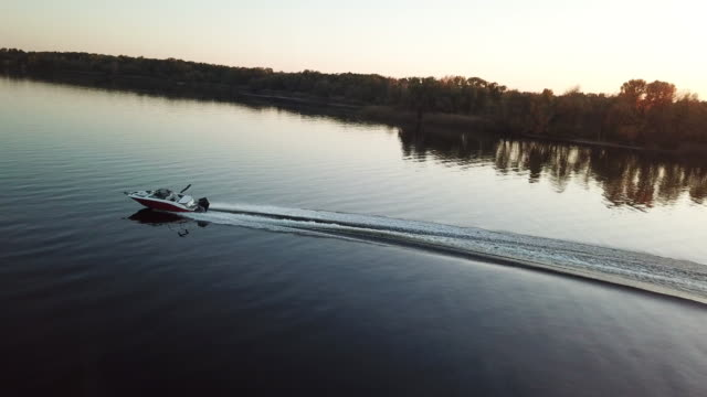 vídeos de stock e filmes b-roll de motor boat floating on the river at sunset - enjoying wealthy life