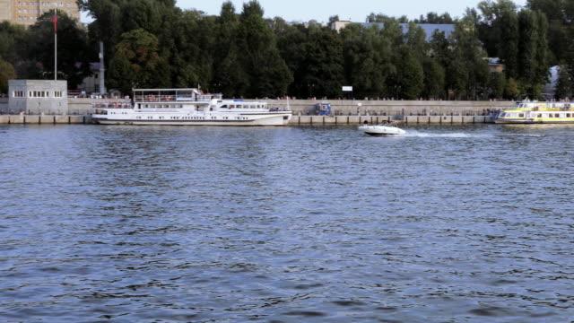 motor boat on the moscow river - rzeka moskwa filmów i materiałów b-roll