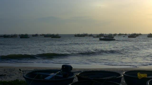 bay ve yuvarlak balıkçı tekneleri boyunca motorlu tekne yelkenleri - ön plan net arka plan flu stok videoları ve detay görüntü çekimi