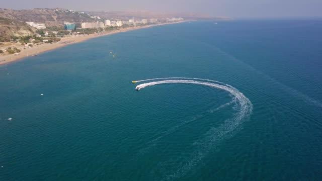motorbåt bogserar uppblåsbara cirkel med semesterfirare - inflatable ring bildbanksvideor och videomaterial från bakom kulisserna