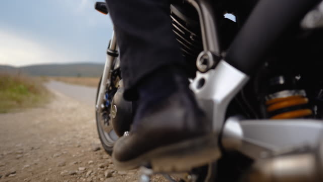 vídeos de stock e filmes b-roll de motorcycle driver putting helmet and starting a bike - helmet motorbike