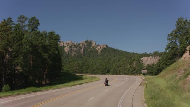 vídeos y material grabado en eventos de stock de conducción de motocicletas hacia mount rushmore national memorial, dakota del sur - mount rushmore