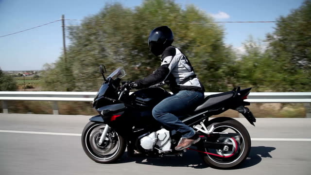 vídeos de stock e filmes b-roll de corrida de motos - helmet motorbike