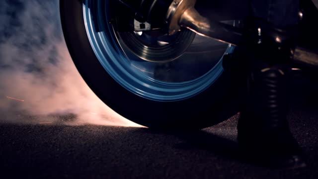motosiklet tekerlek yanma kauçuk. - burnout stok videoları ve detay görüntü çekimi