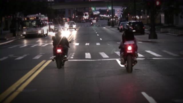 vidéos et rushes de les motos. nuit de la ville, les cyclistes. vélos de sport. - moto sport