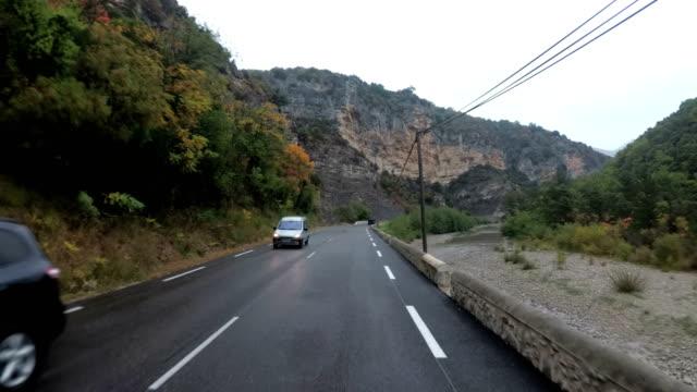 vídeos de stock, filmes e b-roll de motociclista passeios na linda paisagem montanha na frança. tempo chuvoso. visão em primeira pessoa - posição