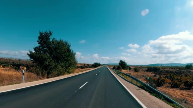 motorradfahrer fährt auf einer landschaft wüste landschaftlich und leere straße in spanien. first-person-ansicht - asphalt stock-videos und b-roll-filmmaterial