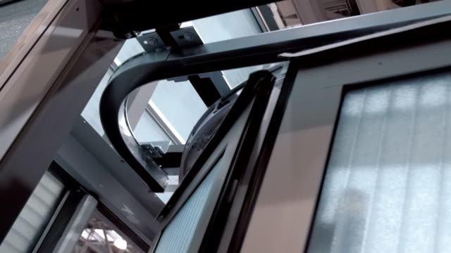 motorisierte schiebetore nahe den eingang zum hangar, garage, werkstatt - garage stock-videos und b-roll-filmmaterial