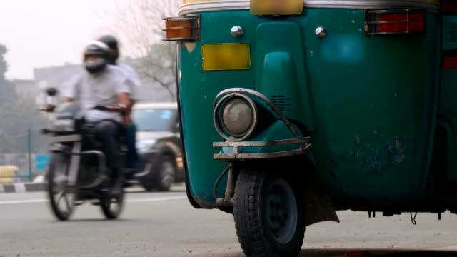 stockvideo's en b-roll-footage met motor-riksja van groene kleur staat op de rand van de weg, wacht op klanten - luchtvervuiling