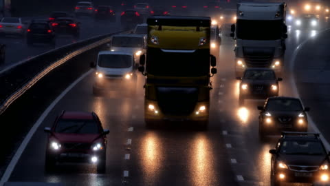 vídeos y material grabado en eventos de stock de autopista de tráfico matutino bajo la lluvia. - conducir