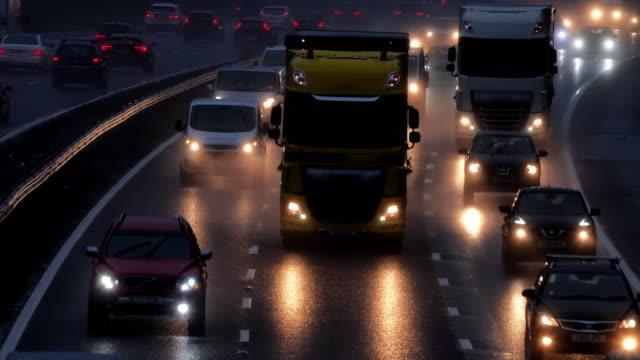autobahn morgendlichen verkehr im regen. - van stock-videos und b-roll-filmmaterial