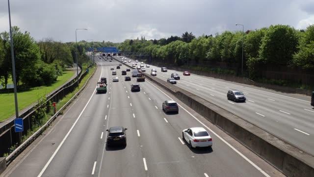 m25 motorway near junction 18, chorleywood - droga wielopasmowa filmów i materiałów b-roll