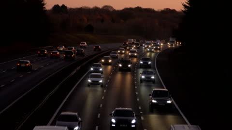 vidéos et rushes de circulation autoroutière au crépuscule, voitures avec phares. - autoroute