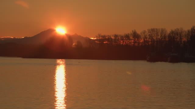 mount baker sunrise, fraser river 4k. uhd - fiume fraser video stock e b–roll
