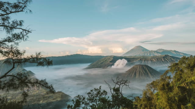 vulkan mount bromo bei sonnenaufgang, ost-java, indonesien. - indonesien stock-videos und b-roll-filmmaterial
