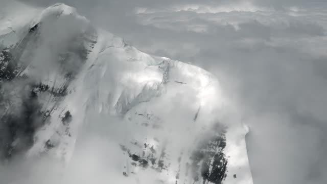 vídeos y material grabado en eventos de stock de parque nacional monte denali montañas aéreas épicas y nieve - terreno extremo